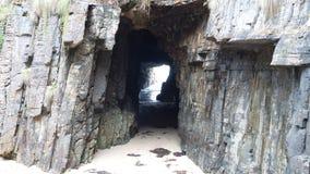 对一个暗藏的海滩的暗藏的入口 免版税图库摄影
