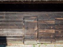 对一个木XIX谷仓的门 库存照片
