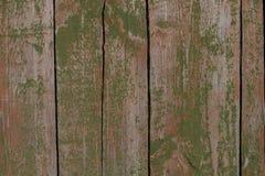?? 对一个棚子的老土气门有剥的绿色油漆 免版税图库摄影