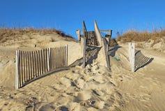 对一个海滩的沙子隐蔽的楼梯在北卡罗来纳; 库存图片