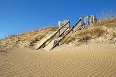对一个海滩的沙子隐蔽的楼梯在北卡罗来纳 免版税库存图片