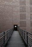 对一个砖墙的桥梁以打开的门 免版税库存照片