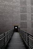 对一个砖墙的桥梁以打开的门 图库摄影