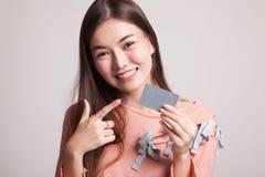 对一个空插件的年轻亚洲妇女点 库存图片