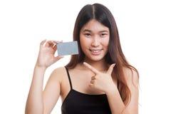 对一个空插件的年轻亚洲妇女点 库存照片
