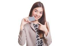 对一个空插件的年轻亚洲妇女点 免版税库存照片