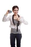 对一个空插件的年轻亚洲女商人点 免版税库存照片