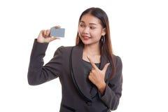对一个空插件的年轻亚洲女商人点 库存照片