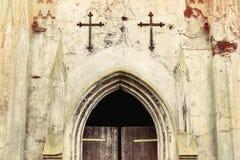 对一个老坟茔的门与对十字架对此 免版税库存图片