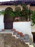 对一个老房子有台阶的,塞尔维亚的入口 库存图片