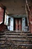 对一个老房子的入口 免版税库存照片