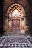 对一个老教会的一个红色门 图库摄影