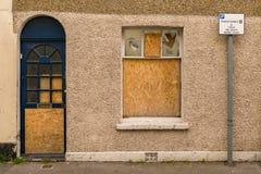 对一个遗弃房子的入口 免版税库存图片