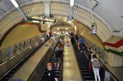 对一个长的自动扶梯的看法在伦敦地铁站 免版税库存图片