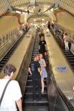 对一个长的自动扶梯的看法在伦敦地铁站 免版税库存照片