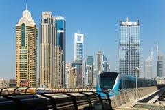 对一个驻地的现代火车驱动在迪拜, 免版税图库摄影