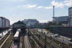 对一列火车的看法在一个高速公路连接点、前国际议会中心` ICC柏林`和一个驻地前面从` S Ba 库存图片