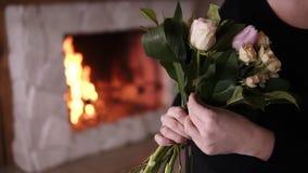 对一半负被做花束和增加花的无法认出的女性卖花人到构成 设计,花卉车间 股票视频