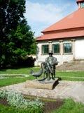 对一只鹅和一个人的一座纪念碑在公园 库存图片