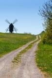 对一台老风车的方式在小山 免版税库存图片