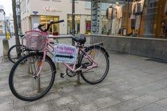 对一家第二手商店的尖在城市的历史的部分的一辆老自行车的 库存照片