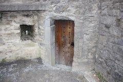 对一座石城堡爱尔兰的木门 库存图片