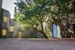 对一座石城堡的庭院的入口 免版税库存照片