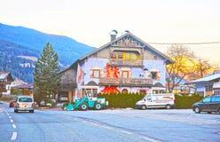 对一条街道的路视图在奥地利的Tarrenz在冬天 库存图片