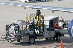 对一架喷气机的抽的燃料在机场围裙 库存图片