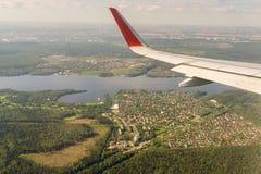 对一架飞机的翼的鸟瞰图在莫斯科地区的 免版税库存图片
