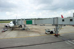对一架飞机的Jetway在机场 免版税库存照片