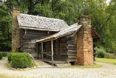 对一栋先驱原木小屋的后门 免版税库存图片