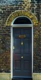 对一栋居民住房,一个有趣的门面的时髦的入口 免版税库存照片