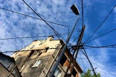 对一根杆的许多导线在城市 库存照片