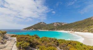 对一点海滩阿尔巴尼西澳州的走道 免版税库存照片