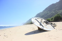对一艘凹下去的船的残骸 图库摄影
