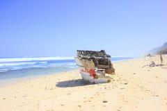 对一艘凹下去的船的残骸 免版税库存照片