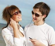 对一起的夫妇听的音乐 免版税库存照片
