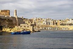 对一部分的看法的堡垒St安吉洛在比尔古和瓦莱塔有猎物码头的,在盛大港口,马耳他 图库摄影