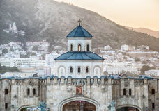 对三位一体大教堂的入口在第比利斯 免版税库存照片