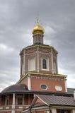 对三位一体troyeshchina的结构大教堂神圣洁基辅安排服务 萨拉托夫,俄罗斯 库存图片
