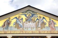 对三位一体troyeshchina的结构大教堂神圣洁基辅安排服务 萨拉托夫,俄罗斯 库存照片