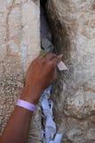 对上帝的附注Kotel哀鸣的西部墙壁的在耶路撒冷,以色列 免版税图库摄影