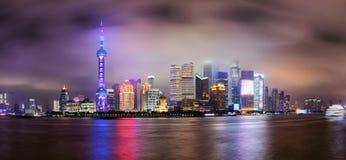 对上海被阐明的地平线的全景在有雾的夜 免版税库存图片