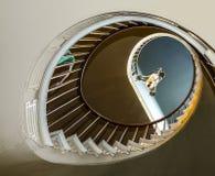 对上部卧室的螺旋台阶 图库摄影