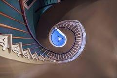 对上部卧室的螺旋台阶 免版税库存照片