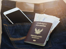 对与护照金钱和电话的旅行计划挽救 库存图片