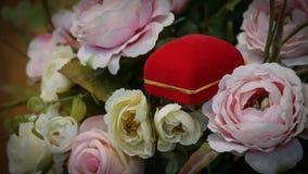 对与柔和的淡色彩玫瑰的婚戒背景图象的 库存图片
