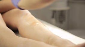 对与棉花小条的美容师蜡去壳做女性客户 影视素材