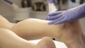 对与棉花小条的美容师蜡去壳做女性客户 股票录像